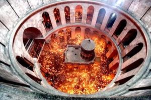 Miles de cristianos participaron hoy en los ritos pascuales del Sábado de Gloria, que tuvieron como centro el Santo Sepulcro, donde se llevó a cabo la vistosa ceremonia del Fuego Sagrado.