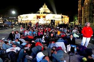 En México, miles de personas hacían una oración de vigilia en la Basílica de la Virgen de Guadalupe, en la ciudad de México, mientras dos pantallas grandes dentro de la iglesia proyectaban las celebraciones en Roma.