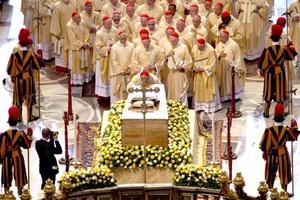 El ataúd sellado ocupará una capilla lateral en la basílica junto a la famosa escultura de la Piedad de Miguel Angel.