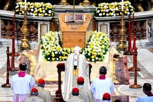Después de una misa de casi tres horas, Benedicto oró frente al ataúd de Juan Pablo dentro de la Basílica de San Pedro, que permanecería abierto durante la noche y todo el tiempo necesario para que pasen las multitudes de fieles que quieren rendirle homenaje.