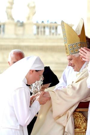 Benedicto declaró a Juan Pablo beato poco después del inicio de la misa, realizado bajo un cielo despejado y ante un mar de banderas polacas blancas y rojas, una escena que recordó el funeral de Juan Pablo en 2005, cuando unas 3 millones de personas le rindieron homenajee.