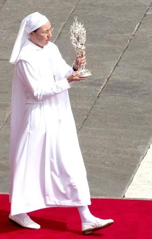 La hermana Marie Simon-Pierre transporta el relicario que contiene la sangre del papa Juan Pablo II, durante la ceremonia de beatificación.