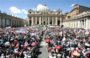 Las multitudes en Roma y varias ciudades del mundo estallaron en gritos, aplausos y lágrimas en el momento de develarse una enorme foto de Juan Pablo sonriente sobre la loggia de la Basílica de San Pedro.