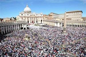 El papa Benedicto XVI beatificó el domingo a su antecesor Juan Pablo II ante 1,5 millones de personas que llenaron la Plaza de San Pedro y las calles aledañas, en un festejo jubiloso que acercó al amado pontífice a la posible canonización.