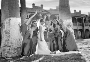 Berenice Triana Rivera junto a sus damas, el día que unió su vida en matrimonio a la de Sergio Hernández Saucedo. <p> <i>l Estudio Érick Sotomayor. </i>