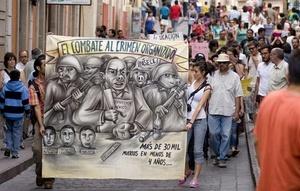 La marcha por la paz encabezada por el poeta mexicano Javier Sicilia avanzaba por las calles de Ciudad de México hacia el Zócalo.