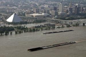 La cresta de la crecida del Misisipí alcanzó hoy la ciudad de Memphis, en Tenesí, donde cientos de familias tuvieron que ser evacuadas al llegar el nivel del agua hasta 14.6 metros, según informaron las autoridades.