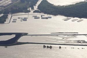 Vista de unos hangares del aeropuerto General Dewitt Spain, anegados por la cresta de la crecida del río Misisipí en Memphis.