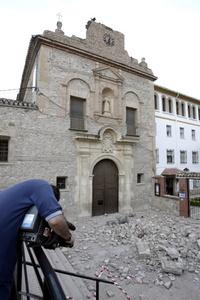Un cámara toma imágenes de los daños materiales en el barrio de San Diego de Lorca, una de las zonas afectadas por el terremoto de 5.2 grados que ha sacudido la región de Murcia y que ha provocado diez fallecidos.