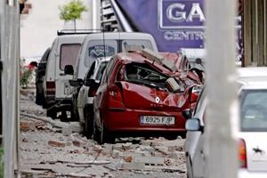 Autos estacionados quedaron bajo el escombro.