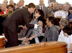 El funeral se celebró en el recinto ferial de Lorca, que desde el miércoles acoge el principal centro de atención a los afectados por el seísmo, que dejó también más de 300 heridos y cuantiosos daños materiales.