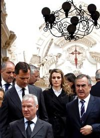 El funeral se celebra en el patio del recinto ferial de Lorca con la presencia de sólo cuatro féretros ya que los familiares de los otros cinco fallecidos expresaron su deseo de despedir a estas víctimas en ceremonias íntimas.