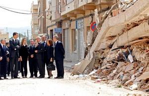 El príncipe Felipe de Borbón, heredero de la Corona española, junto a su esposa, la princesa Letizia, y el jefe del Ejecutivo, José Luis Rodríguez Zapatero, presiden el funeral por los nueve fallecidos en el terremoto del miércoles en la ciudad de Lorca, sureste de España.