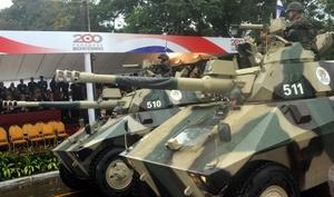 Dos tanques de las fuerzas armadas paraguayas durante el desfile militar por las calles de Asunción.