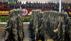 Un grupo de militares paraguayos desfila por las calles de Asunción (Paraguay). La nación sudamericana celebra la fecha del bicentenario de su independencia con la participación de los mandatarios de Bolivia y Uruguay y de delegaciones de 41 países en los actos centrales programados.