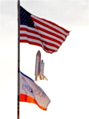 El Endeavour lleva rumbo a la estación orbital un experimento de astrofísica único en su tipo valorado en dos mil millones de dólares que ayudará a estudiar la formación del universo.