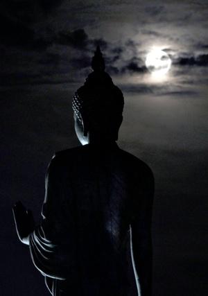 Los fieles esperan al día de luna llena del sexto mes lunar del calendario indio, Vesak, para celebrar esta festividad, que conmemora a la vez tres acontecimientos; el nacimiento, la iluminación, y la muerte o paso al parinirvana (hace 2,555 años), del príncipe Siddartha Gautama, más conocido como Buda.