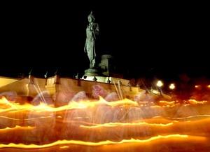 Devotos budistas encienden velas frente a la gran estatua de Buda del sagrado lugar de Buddhamonthon, en Tailandia.