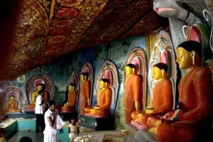 El budismo cuenta hoy con 330 millones de seguidores, sobre todo en el sureste asiático, China, Japón y otros países de la región, y continúa atrayendo a famosos en Occidente, como el actor Richard Gere, el compositor Leonard Cohen o el empresario Steve Jobs. EFE/M.A.PUSHPA KUMARA