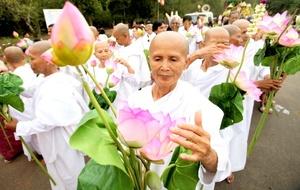 Aunque sin participación del dalái lama ni sus seguidores -que se guían por otro calendario-, los budistas indios rodearon de flores, velas, y banderolas las estatuas de Buda erigidas en el lugar, y hubo templos que organizaron actos, oraciones y bendiciones.