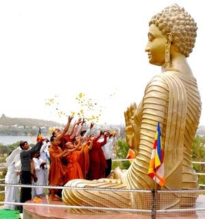 Frente a la higuera de la ciudad de Bodhgaya, probable descendiente directa del árbol que acogió entonces a Buda, varios miles de fieles de esta religión milenaria elevaron oraciones en presencia de representantes de Tailandia, Sri Lanka y Myanmar.