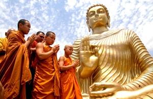 Sencillas ceremonias sirvieron a miles de budistas de la India para celebrar los 2,600 años de la iluminación, o momento en que Buda alcanzó la plenitud espiritual, bajo una higuera del norte de este país.