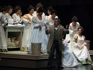 Los actores escenifican varios siglos de la historia de la capital española, desde la época goyesca hasta la guerra civil con actos teatrales.