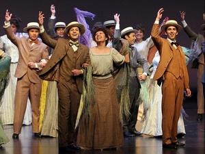 En esta producción de los Teatros del Canal de la Comunidad de Madrid participan más de 120 artistas, entre los que destacan las sopranos Cristina Faus y Adriana Mastrangelo, el tenor Martín Muehle, el barítono Fedrico Gallar y el tenor cómico Juan Carlos Barona.