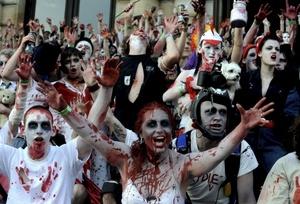 Varios zombies invaden el centro de Praga.