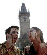 Hombres y mujeres participaron en el desfile de zombies por el centro de Praga.