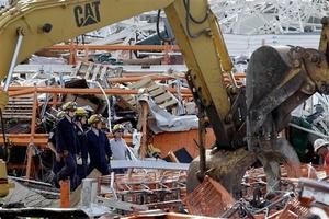 Los socorristas rescataron a 17 personas de entre los escombros.