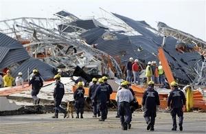 Este lunes los equipos de rescate han logrado rescatar a siete supervivientes atrapados entre escombros. Los heridos se cuentan por cientos.