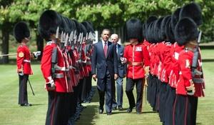 La reina se paró junto al presidente mientras guardias escoceses en chaquetas rojas tocaban el himno nacional estadounidense.