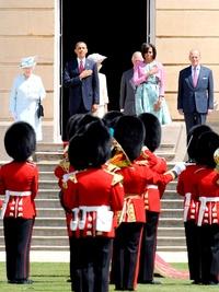 Luego de un recorrido privado por el palacio, las dos parejas salieron a los escalones ceremoniales de la Terraza Oeste para atestiguar una salva de cañones.