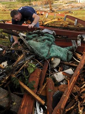Un hombre llamado Frank Reynolds busca entre los escombros a su sobrino desaparecido de 16 meses de edad.