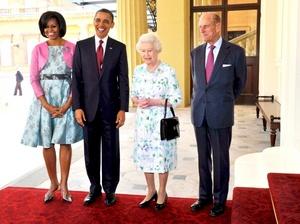 La reina y su esposo, el príncipe Felipe, recibieron a los Obama durante una tarde soleada en Londres.