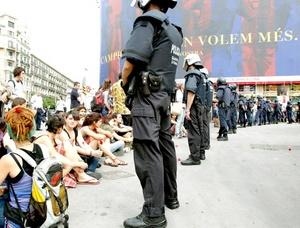 Poco a poco fueron llegando personas para evitar el desalojo de la plaza, lo que ocasionó una especie de batalla campal con lanzamiento de pelotas de goma, golpes e incluso tiros con balas de salva.