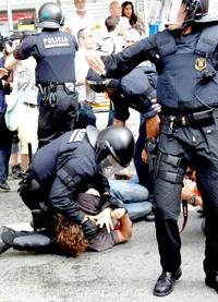 Este viernes, desde las 06:45 hora local (04:45 horas GMT) decenas de agentes policíacos rodearon la emblemática Plaza Catalunya, de la capital catalana, para iniciar la operación de desalojo, que se esperaba tranquila y sin confrontaciones.