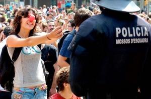 El portavoz del gobierno catalán, Francesc Homs, defendió desde temprano la actuación policial para movilizar a las personas que protestan desde el 15 de mayo pasado contra la clase política, el desempleo y la crisis económica.