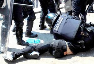 En la operación, un agente policíaco resultó herido luego que fue rociado en los ojos con aerosol autodefensa y dos personas fueron arrestadas.