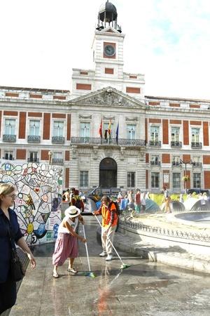 Manifestantes realizaron labores de limpieza tras abandonar la Puerta del Sol en Madrid.