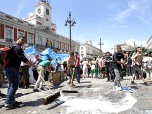 El fin de la acampada fue acordado por mayoría, debido a la oposición de algunas personas, que podrían decidir mantener sus tiendas de campaña en la Puerta del Sol.