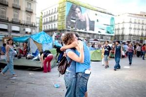 La decisión ocurre cuando el movimiento parecía perder fuerzas y aumentaban las críticas a mantener el campamento, aunque los promotores indicaron que seguirán trabajando en asambleas locales y en comisiones de barrio y municipio de Madrid.