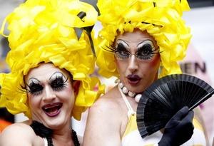 El desfile gay concluyó en la céntrica plaza Kossuth, con discursos y con el matrimonio simbólico de las parejas que así lo quisieron.