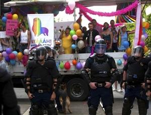 La marcha, de unas mil personas y organizada por la Federación de gays, lesbianas, bisexuales y transexuales (LMBT), cruzó el centro de Budapest entre grandes medidas de seguridad.