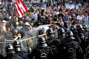 Policías antidisturbios dispararon gas lacrimógeno mientras aseguraban la plaza de Okton.
