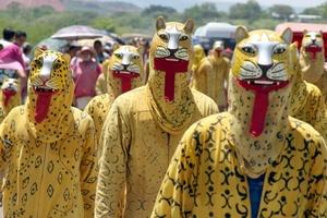 Participantes de la danza del Calala, recorren varios municipios de la de depresión central del estado de Chiapas, representando los personajes del sincretismo durante las festividades de Corpus.