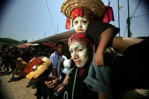 Danzantes de las cofradías y mayordomías de la etnia Zoque de la comunidad Suchiapa en el estado de Chiapas, danzan por las calles de esta comunidad la Danza del Calalá.