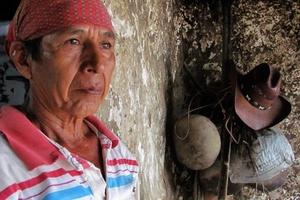 Los participantes de la danza del Calalá visten tocados color azul y adornan sus cabezas con paliacates para identificarse con la usanza de los pueblos originales de la depresión central de Chiapas.