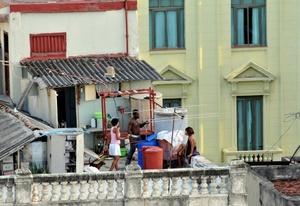 Varias personas conversan en una azotea de La Habana Vieja (Cuba).